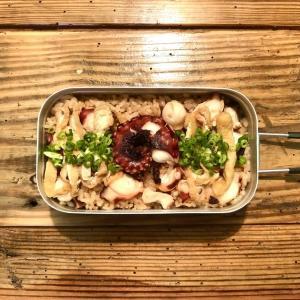 具材を入れて炊くだけの簡単料理!「タコと油揚げの炊き込みご飯」を作ってみた【メスティン炊飯】