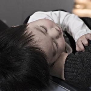 赤ちゃんの寝かしつけ、一緒に寝るだけだから簡単だった。ょ。