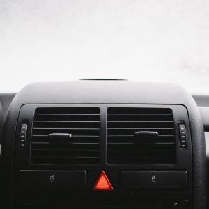 【教習所で教えてくれない】車のハザードを点滅させる意味とは