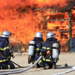 影像!新名神高速道路六石山トンネル大型トラック1台の車両火災で通行止め