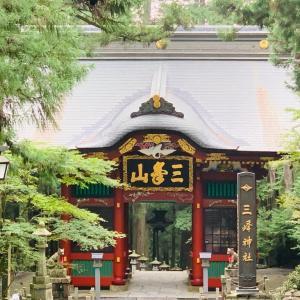 三峰神社と桃