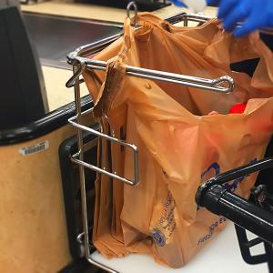 パンデミック対応の無償提供が終了。レジ袋の再有料化でエコバッグ使用が可能に。