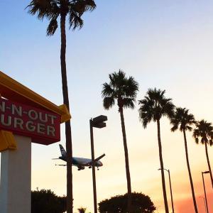 迫力のエンジン音! 着陸する飛行機を目の前に旅行気分で味わうIn-N-Out Burger。