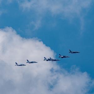 ブルーインパルスと夏の雲