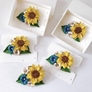 夏っぽさ満点!ひまわりと小花の爽やかカラー革花ブローチ