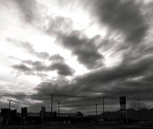 雨雲の上に太陽がいて