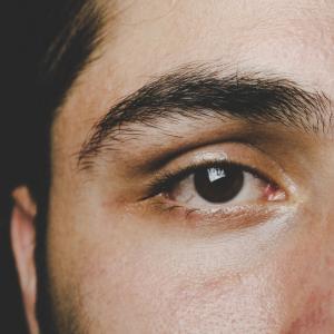 婚活メンズに紹介する眉毛の整え方の基本と必須アイテム