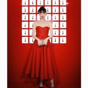 『鈴木えみ』インスタにて真っ赤なドレスのオフショット「完璧な美」「永遠に憧れ」「美しい」と話題 ★