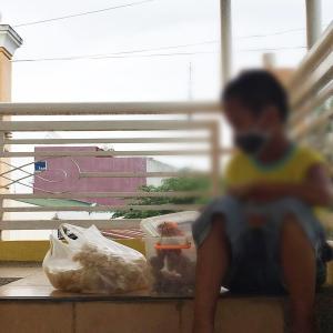 【路上で】食べ物を売る小学3年生 / パラワン島