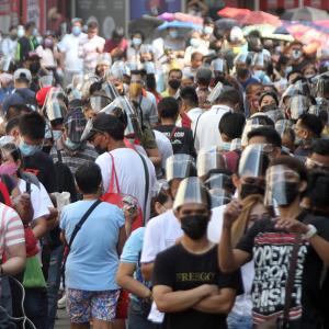【コロナ禍なのに】それでも並ぶカトリック信者達 / フィリピン