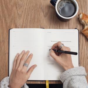 サラリーマン、7割近い会社で「文章力」が求められるが、実際に改善努力する人は少数