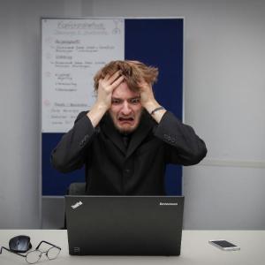 サラリーマンのホワイトカラー/ブルーカラーの異なるストレスがその人間性を形成する