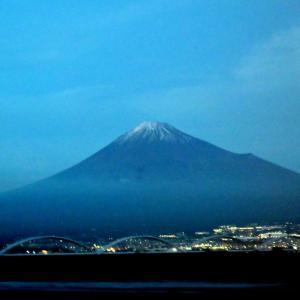 🗻新幹線中から夕方の富士山を撮影しました・・