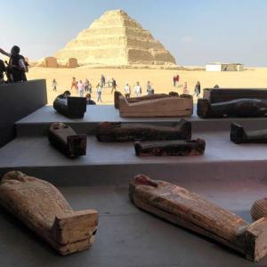 記者の前で木棺開けるとミイラが…エジプト百基超す発見