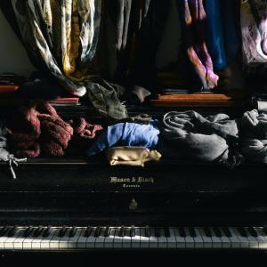 あふれかえった大量の洋服!衣替えの時期が収納のタイミング
