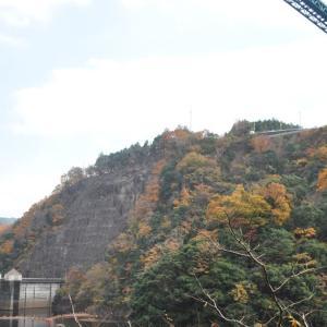 色付く山を見ながら、亀ヶ淵へ
