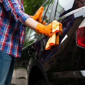 洗車を雨の日にしても拭き取りは必要?塗装にサビやシミがつきやすい?