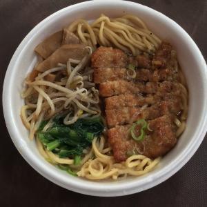 有楽町ビルB1階「万世麺店」では、パーコーラーメンを700円でテイクアウトできるよ!