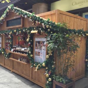 有楽町の高級ホテル、ザ・ペニンシュラ東京の入り口前で「クリスマス・マーケット」開催中!