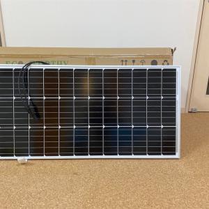 小型のソーラーパネルを設置します。