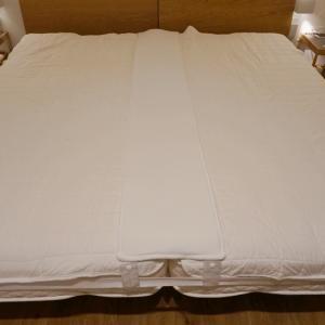 シングルベッド2台並べた寝室のベットのすきま問題は、kurevyのすきまパッド30㎝幅で解決。