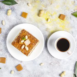 《お菓子とデザイン》【Le Bonheur ASHIYA(ル・ボヌール芦屋)】「 【 マリーアントワネット 】 キャラメル 12粒 スクエア缶 (ブラック)」のパッケージ♬