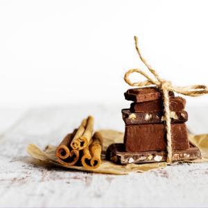 《お菓子とデザイン》大好きな仲間達とドライブへ!元気いっぱいのイラストが可愛い「ダーク・カカオニブ チョコレート」のパッケージ