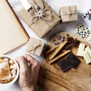 《お菓子とデザイン》ツバメ柄が可愛いパッケージ【Coco Chou Chou】「ヴィーガン生チョコレート 」と、クリスマスクッキー型