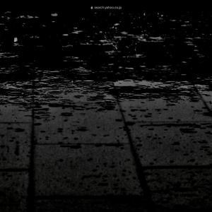 冬、深夜、雨の中