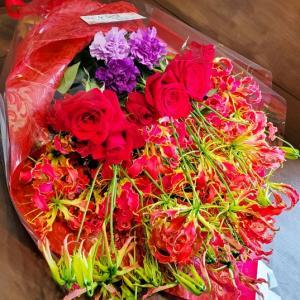 感謝 遠い異国の地から 赤バラとグロリオサの花束
