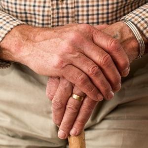 握力が弱い・手が動かしにくい方にオススメの介護用品や便利グッズを紹介します。