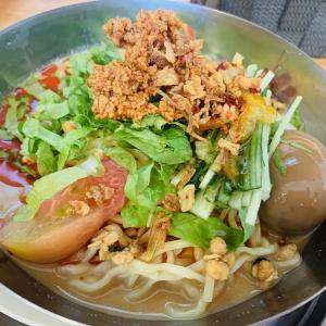 またまた訪問、秋田県南で一番人気のラーメン店「中華そばde小松」さん!今回の昼限定麺は「冷し担々麺」