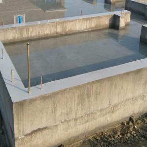 建築中の基礎に水たまりが心配