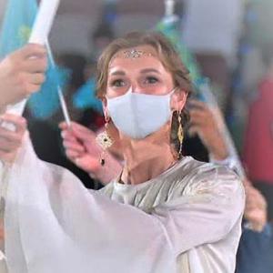 カザフスタンの女性旗手はオリンピックの金銀銅メダリストでした