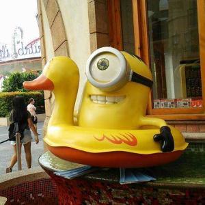 ユニバーサルスタジオシンガポールであひる浮き輪をつけたミニオンに会ったよ