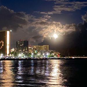 満月が照らすハワイの夜