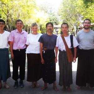 瞑想センターでモテモテの日本人たち