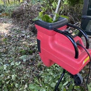粉砕機で小枝の山をお片付け。
