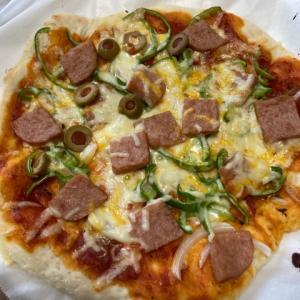 具材をたっぷりのせてどうぞ!生地から作るアメリカンピザ