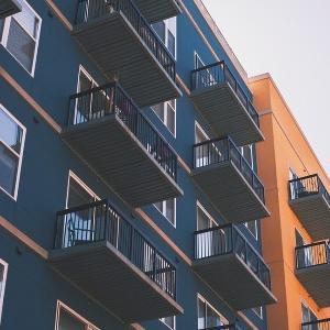 20mほど行ったところに新築のアパートができた。