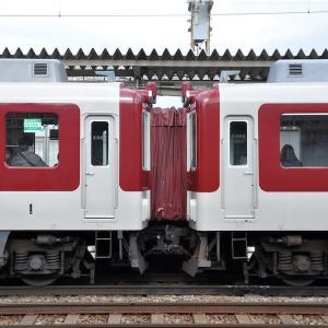 近鉄8400系ク8316とモ8409