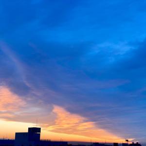 夜景と朝焼け赤と青
