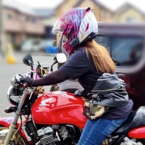 バイクに乗って髪をなびかせるために