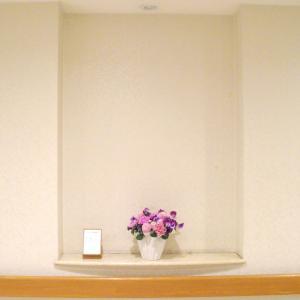 介護老人保健施設オアシスの生け花(睦月の参) 1階:「春の芽」/ 2階:「ピンクの季節」