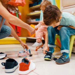 子どもの靴がサイズアウトしたら捨てるべき?おすすめの靴の処分方法はコレ!