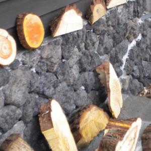 長野の山から切り出した木の木っ端 A piece of wood cut out from the mountain of Nagano