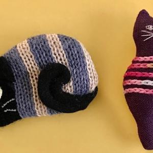 ネコのブローチふたつ プラス ワン  Two cat pins