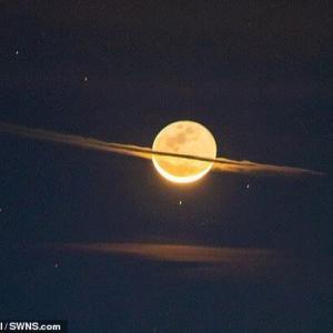 夜空に「土星そっくりな月」が出現!なぜ月に輪っかが?  [しじみ★]