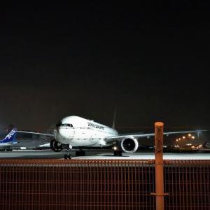 夜の飛行機を見た