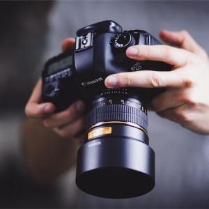 【観察】写真に写りたがらない人って?カメラを向けると分かる深層心理とは